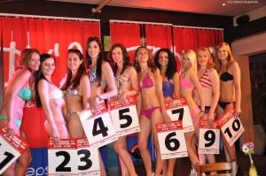 Eine hübscher als die andere: Die elf strahlenden Kandidatinnen beim Finaldurchgang in kesser Bademode