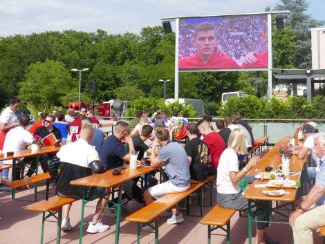 Die Fußball-WM läuft: Eröffnungsspiel in der Leimener Fody's Arena gut besucht
